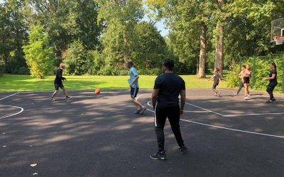 Basketbalclinic en yogaworkshop in Sterrenburgpark